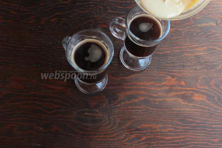 Сварить кофе, перелить в чашки, немного остудить и сверху выложить гоголь-моголь.