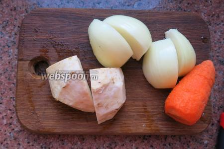 Нарезаем 1 луковицу крупно, 1 морковь и сельдерей чистим.