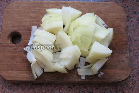 Нарезаем вторую луковицу.