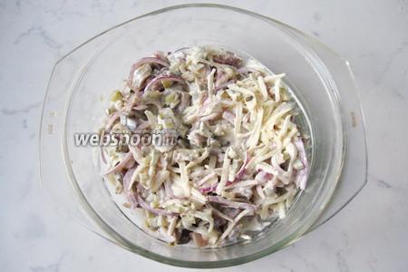 Перемешиваем сельдь, огурцы, яблоко и лук с заправкой. Салат готов.