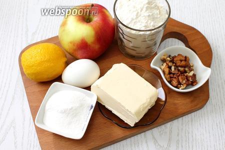 Для приготовления нам понадобятся масло сливочное, яйцо куриное, сахар коричневый, сахар, сахарная пудра, мука пшеничная, яблоки, грецкие орехи, корица молотая, гвоздика молотая, коньяк и лимон.