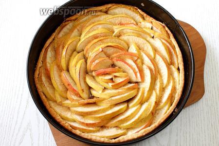 Поливаем коньяком яблоки и посыпаем коричневым сахаром.