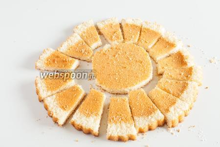 Если у бисквита есть бортики, то они срезаются. Плоский бисквитный круг нарезается «солнышком».