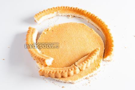 Из второго бисквита вырезается круг, соответствующий по диаметру заготовке с начинкой.