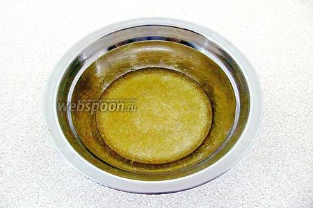 10 г желатина замочить в 50 мл холодной кипячёной воды и оставить для набухания на 40 минут.