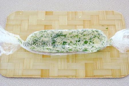 Выложить начинку на пищевую плёнку, свернуть валиком и положить в холодильник на 1 час.