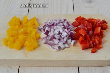 Нарежьте сладкий перец и лук. Постарайтесь сделать так, чтобы кусочки овощей были примерно одного размера. Лук лучше взять репчатый, так как фиолетовый при тушении приобретает сероватый оттенок.