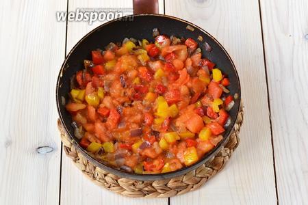 Затем положите в сковороду помидоры. Хорошо перемешайте. Подержите на огне, пока томаты не станут мягкими (около 2 минут).