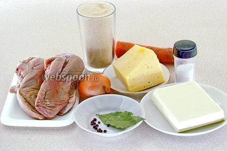 Для приготовления блюда нужно взять язык, твёрдый сыр, сливочное масло, морковь, репчатый лук, лавровый лист, панировочные сухари, перец чёрный горошком и соль.