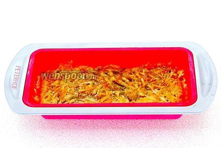 Форму поставить в духовку и запекать в течение 25 минут при температуре 160°С.