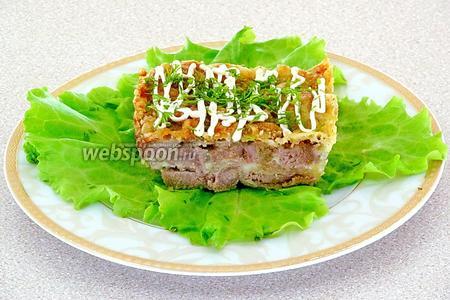 Готовое блюдо нарезать на порции и подать, украсив зеленью.