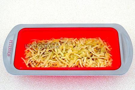 Слой языка посыпать половиной нормы сырной смеси и полить растопленным маслом.