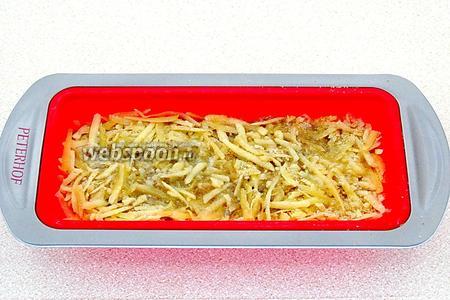 Сверху распределить оставшуюся сырную смесь и снова полить маслом.