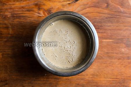 Влейте в мисочку около 5 ст. л. тёплой воды и тщательно перемешайте, пока все гранулы дрожжей полностью не растворятся.