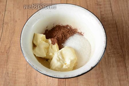 Глазурь для сырника готовится очень просто, в чашке соединяем сметану, сливочное масло, сахар и какао порошок. Перемешиваем в однородную массу.