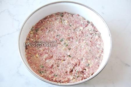 Перемешиваем все ингредиенты: фарш из куриных желудков, лук, чеснок, батон, яйца и зелень. Солим и перчим по вкусу. Можно положить сырое яйцо, но фарш станет более жидким, а это нам не нужно.