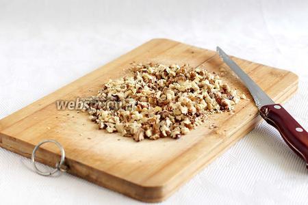 Орехи обжарить и порубить ножом на крупные кусочки.