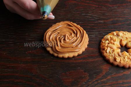 Переложить в мешок, отсадить на печенье, сверху накрыть, печенюшкой с отверстием.
