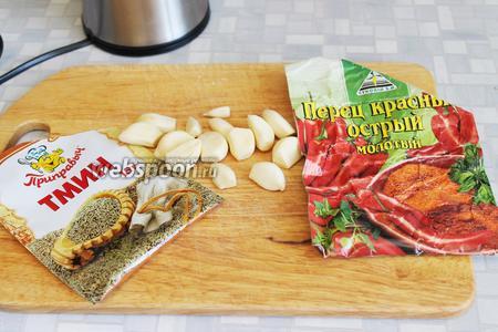 По истечении срока, приготовить обмазку: взять чеснок и пряности.
