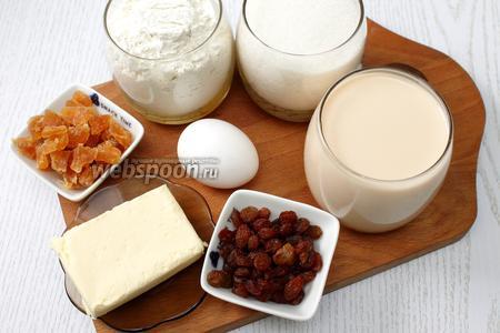 Для приготовления нам понадобятся топлёное молоко, сахар, сахарная пудра, дрожжи, мука пшеничная, масло сливочное, цукаты, изюм, яйца куриные, ванилин и кондитерская посыпка.