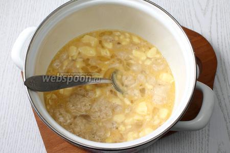 В тёплом молоке размешиваем сахар, масло размягчённое, яйца и опару.