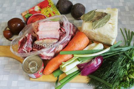 Для борща взять хорошую говяжью грудинку или рёбра с большим количеством мяса, морковь, капусту, свёклу, сельдерей, помидоры, паприку, растительное масло, томатную пасту, пряности и зелень.