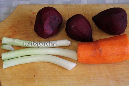Очистить овощи, лук можно взять обычный — просто у меня оказалось много отбеленных стеблей зелёного.