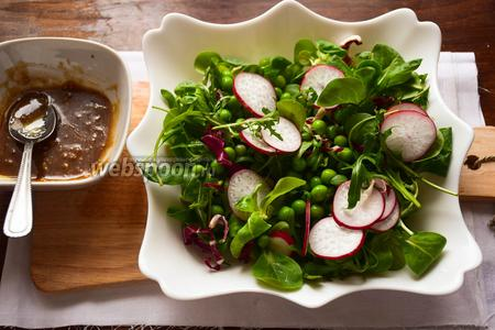 Смешаем смесь салатов, редис и горошек с заправкой. Тщательно перемешаем.