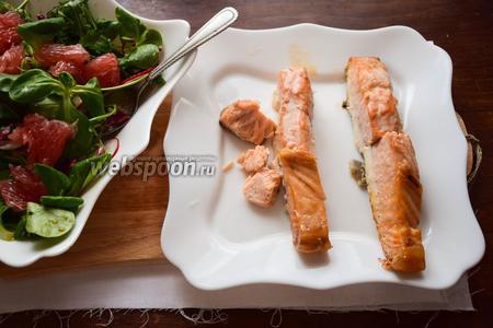 Красную рыбу предпочтительней всего запечь в течение 15 минут в духовом шкафу при 180°С. Разделить на небольшие кусочки.