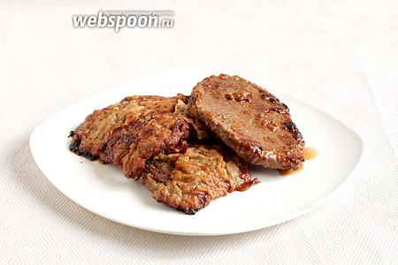 Подавать говяжьи отбивные можно с овощами, салатами или любым гарниром.