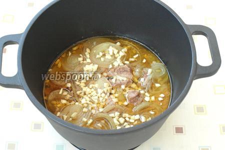 Спустя это время, добавить в казан соль и сахар. Нарезать мелко чеснок и также добавить к мясу, налить уксус. Опять накрыть казан крышкой и томить ещё 1 час. Готовое мясо подавать на завтрак или ужин с любым гарниром. Приятного аппетита!