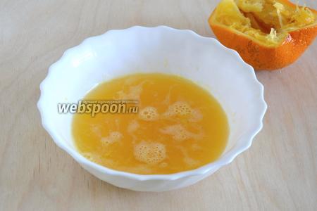 Выжмите сок из апельсинов. Лучше брать кисловатые апельсины, если у вас сладкие, то можно добавить чуть-чуть лимонного сока для кислинки.