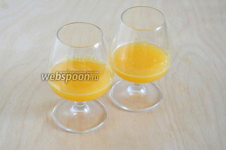 Разлейте по хорошо охлажденным бокалам апельсиновый фреш.