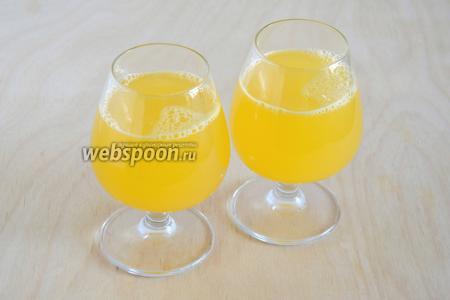 Влейте берёзовый сок с сахаром и сразу же подавайте. Апельсиновый фреш с берёзовым соком — свежий напиток и его необходимо выпить  в течение 30 минут, чем дольше он стоит, тем менее полезным становится.