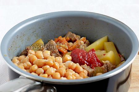 И наконец, добавить горох нут и томатную пасту, перемешать и тушить минут 5. На дне ещё осталось немного жидкости.