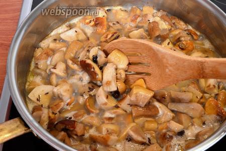 Грибы нарезать крупными кусочками. У меня грибы магазинные — уже нарезанные и замороженные. Потушить их со сливочным маслом в сковороде, добавив немного соли, 1/2 общего количества специй: перцев и тмина.