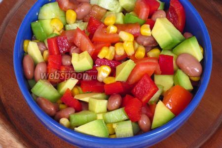Овощи выложить в салатник, добавить фасоль и кукурузу.