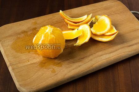Начинаем с филирования апельсинов. Это делать достаточно просто, только нож должен быть очень острым. Срезаем корку, ведя нож по дуге, повторяя форму апельсина. Нужно обязательно, чтобы была срезана белая подложка, которая даёт горечь.