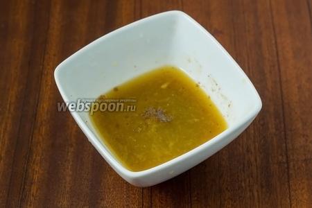 Собранный апельсиновый сок (нам нужно приблизительно 50 мл), соединяем с 1 чайной ложкой лимонного, добавляем коричневый сахар, корицу, соль и перец, перемешиваем до растворения сахара.