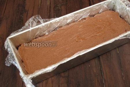 Выложить шоколадную массу в форму и разровнять. Поставить в морозильную камеру на 4 часа.