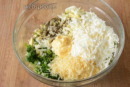 В глубокой миске соединяем черемшу и яйца, так же на крупной тёрке натираем плавленый и твёрдый сыр. Добавляем сырный соус и соль.