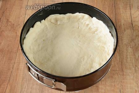 Форму для выпекания смазываем маслом. Тесто разделить на 2 части. 1 часть теста выкладываем в форму, делая по краям бортики.