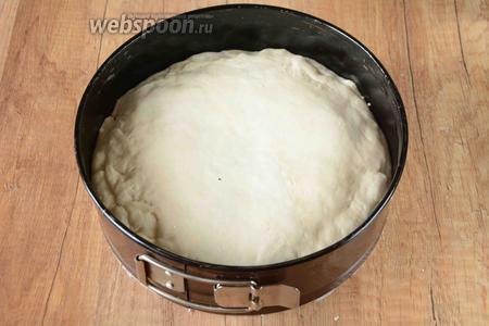 Вторую часть теста слегка раскатываем и накрыть начинку. Защипать края.