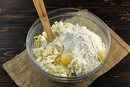 Добавить соль, яйцо, муку.