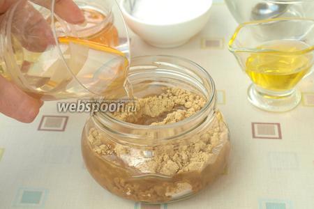 Влить помидорный рассол и тщательно перемешать содержимое банки чайной ложкой. Количество рассола можно увеличить, если вам покажется, что горчица густая.