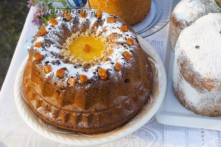 Второе крупное изделие из венского дрожжевого теста обсыпаем по верхушке сахарной пудрой. По центру отверстия укладываем толстый кружок свежего апельсина, который обсыпаем подсушенным вареньем из перекрученных апельсиновых корок. По всей верхней поверхности красиво укладываем на сахарную пудру цукаты из апельсиновых корок.