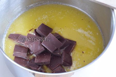 Растопим масло в широкой кастрюле и добавим поломанный на куски шоколад. Убираем с огня, мешаем венчиком до полного растворения шоколада.