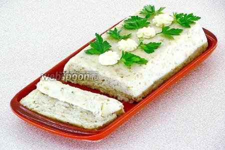 Готовое изделие остудить, выложить на сервировочное блюдо и украсить цветочками из сливочного масла и зеленью. При подаче паштет нарезать ломтиками.