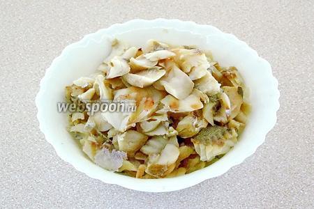 Рыбу выпотрошить, тщательно вымыть, нарезать кусками и отварить в подсоленной воде в течение 20 минут, считая от начала закипания жидкости, а затем разделать на чистое филе без костей.