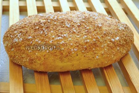 Через 35-45 минут наш хлеб подрумянился и он готов! Вынимаем и выкладываем на деревянную решётку для остывания. Накрывать ничем не нужно.